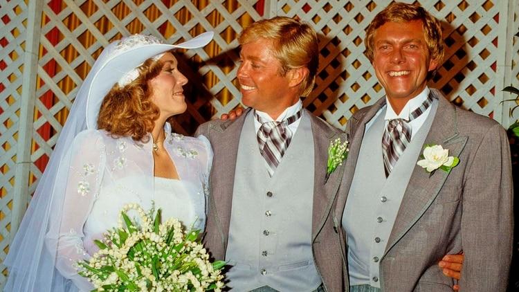 Karen Carpenter junto a su flamante marido Tom Burris y su hermano Richard. La joven se casó enamorada, él solo quería el dinero para poder pagar deudas (The Grosby Group)
