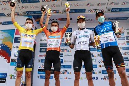 Yesid Pira, líder de la carrera, vistiendo el 'maillot' naranja de líder, y a su derecha, Aldemar Reyes, ganador de la etapa. Foto: Fedeciclismo.
