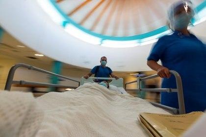El 80 por ciento de los casos de COVID-19 son leves o asintomáticos - Reuters