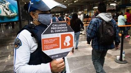 Integrantes de los cuerpos de seguridad invitaban a usuarios a guardar silencio (Foto: Cuartoscuro)