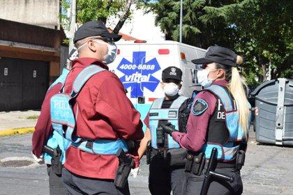 Una ambulancia de medicina privada se acercó al lugar pero no pudo completar el traslado porque no cuenta con los elementos de seguridad necesarios (Gastón Taylor)
