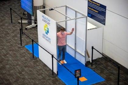 """Una cabina sanitizante, parte del programa """"Healthy Airport"""" en Toronto, Canadá REUTERS/Carlos Osorio"""