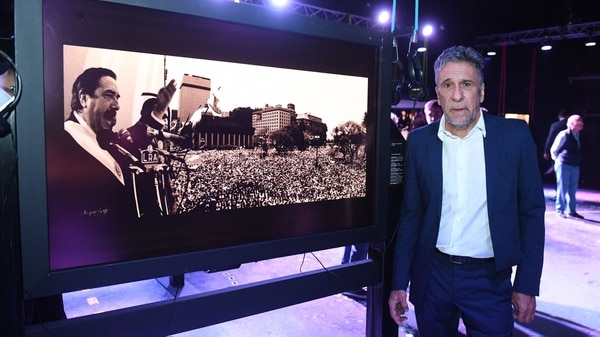 El fotógrafo presidencial Víctor Bugge, en la muestra interactiva realizada sobre la base de sus fotografías