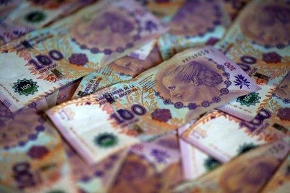 Billetes de 100 pesos argentinos (REUTERS/Agustin Marcarian/Ilustración)