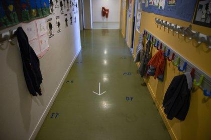 El pequeño narró que la maestra abusó de él en uno de los patios de las instalaciones (Foto: EFE/EPA/IAN LANGSDON)