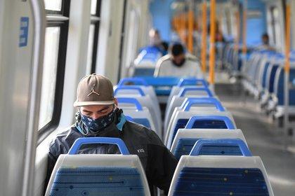 A partir de ahora, será obligatorio el uso de elementos que cubran la nariz y la boca en el transporte público. (Maximiliano Luna)