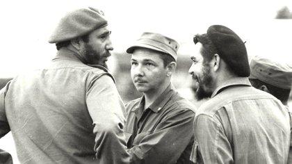 """Fidel y Raúl Castro junto a Ernesto """"Che"""" Guevara. Los tres tuvieron un desprecio profundo y manifiesto por los homosexuales (Shutterstock)"""