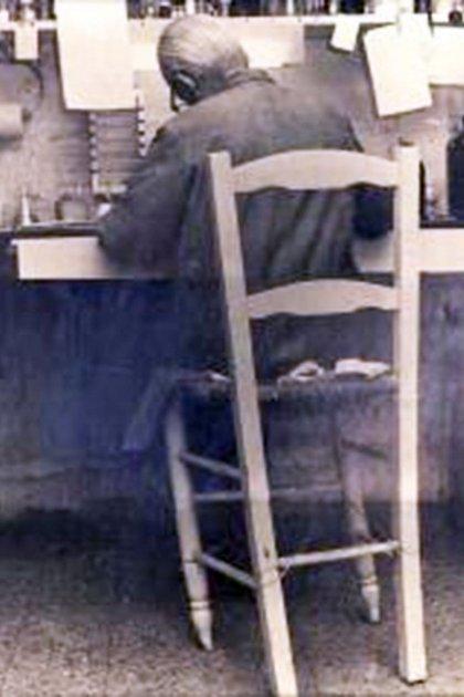 La imagen que lo define: Leloir, en plena investigación y con su frágil silla de paja atada con alambres