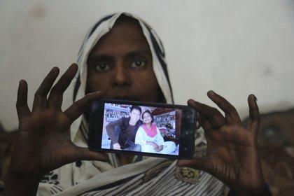 Samiya David muestra una foto que el ciudadano chino que la compró (AP)