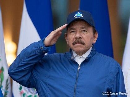 El presidente de Nicaragua, Daniel Ortega, saluda durante una ceremonia por el 199 aniversario de la independencia del país, en Managua, Nicaragua. 15 de septiembre de 2020. Nicaragua's Presidency/Cesar Perez/Handout via REUTERS ATTENTION EDITORS - THIS IMAGE HAS BEEN SUPPLIED BY A THIRD PARTY. NO RESALES. NO ARCHIVES