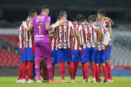 Desde marzo el ex entrenador Luis Fernando Tena y siete futbolistas portaron la enfermedad (Foto: Twitter/ @Chivas)