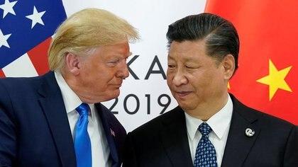 FOTO DE ARCHIVO. El presidente de EEUU, Donald Trump, saluda al presidente de China, Xi Jinping, en Osaka, Japón. 29 de junio de 2019. REUTERS/Kevin Lamarque