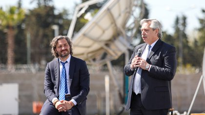 """La fundadora de la Coalición Cívica dijo que el país """"está pasando un momento de mucha oscuridad"""". En la fotografía, Santiago Cafiero y Alberto Fernández durante el acto realizado en Tigre (Presidencia)"""