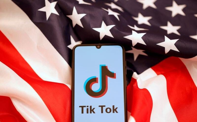 FOTO DE ARCHIVO: El logo de Tik Tok se muestra en el smartphone mientras está en la bandera de los EEUU en esta foto ilustrativa tomada el 8 de noviembre de 2019. REUTERS/Dado Ruvic