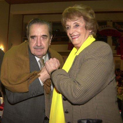 El ex presidente Raúl Alfonsín saludando a Graciela Fernández Meijide durante el acto que que recordó los 20 años del informe de la CONADEP. (NA: Mariano Sánchez)
