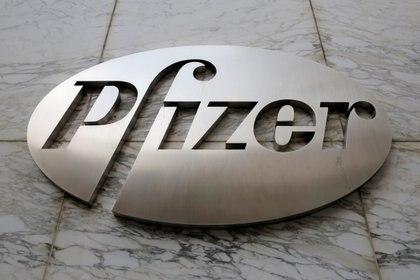El logo de la empresa Pfizer. Foto: REUTERS/Andrew Kelly