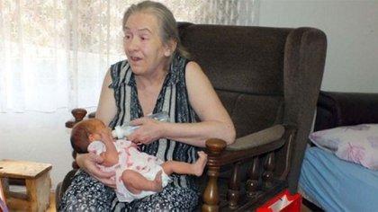 Atifa Ljajic quedó sola en su hogar junto a Alina. Fue madre a los 60 años y dice que la criará con la ayuda de quienes la quieran
