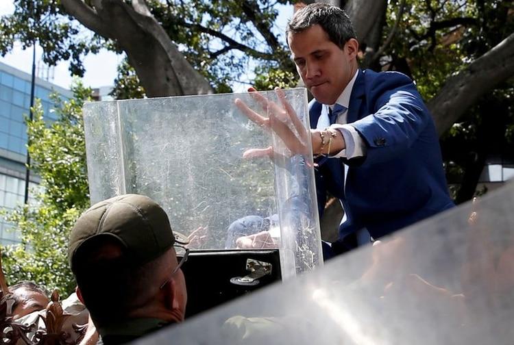 Oficiales de la Guardia Nacional Bolivariana intentan impedir que el líder de la oposición venezolana, Juan Guaidó, ingrese al edificio de la Asamblea Nacional de Venezuela en Caracas (REUTERS/Manaure Quintero)