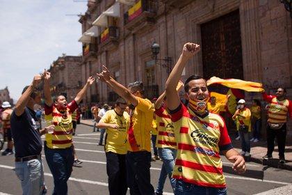 Aficionados del Morelia protestan en Morelia (México). A raíz de los rumores de la mudanza del Morelia, decenas aficionados protestaron para que el equipo no cambie su base (Foto: EFE/ Ivan Villanueva)