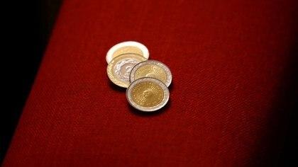 Monedas de uno y dos pesos argentinos. Foto de archivo Sep 6, 2018. REUTERS/Marcos Brindicci