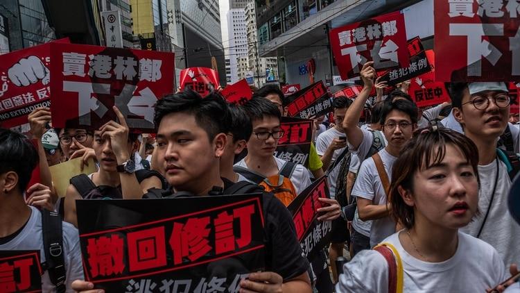 Los manifestantes marchan contra la ley de extradición en Hong Kong (Lam Yik Fei / The New York Times)
