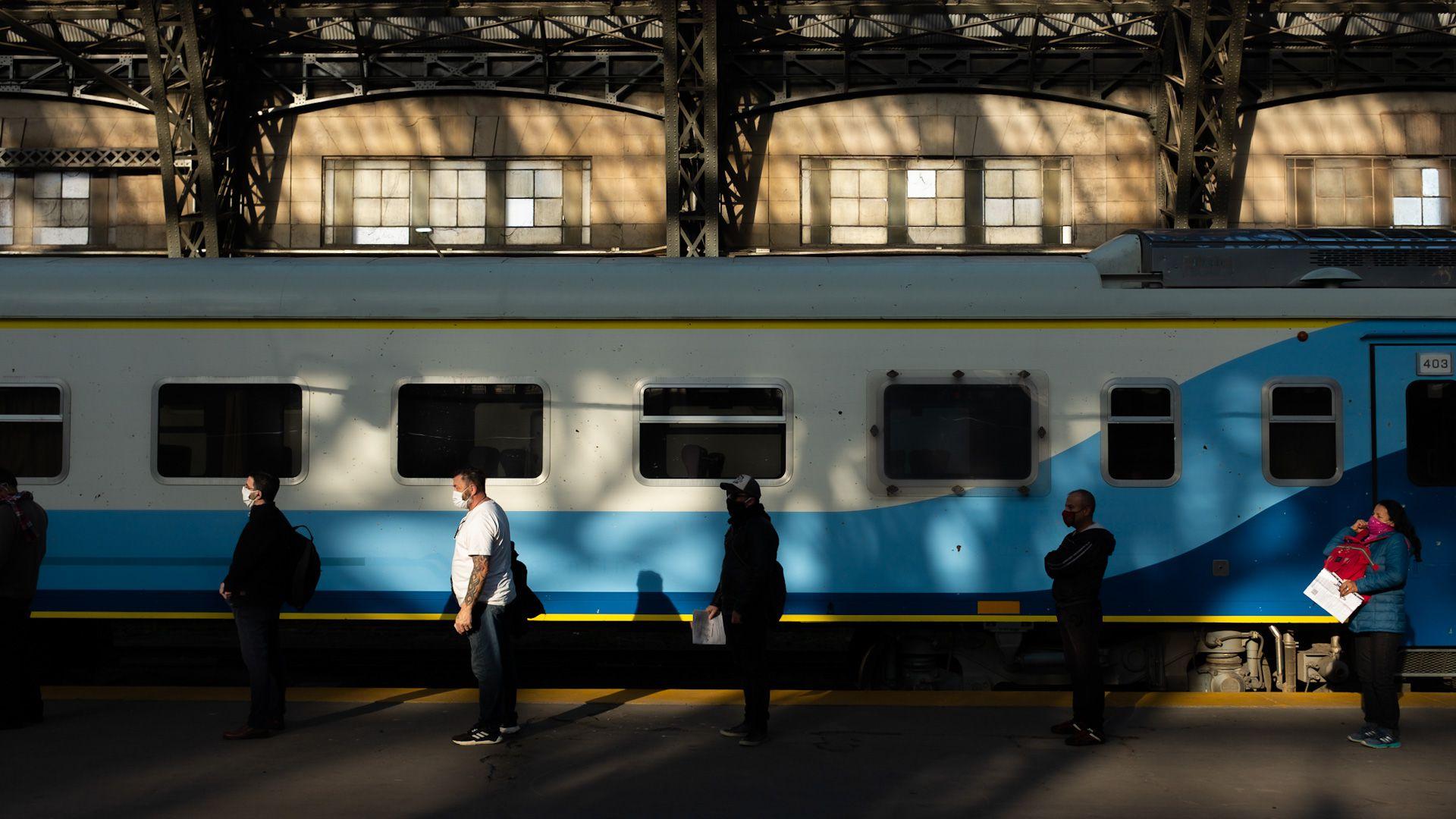 En las terminales de trenes se hicieron controles voluntarios a los pasajeros autorizados a movilizase (Adrián Escandar)
