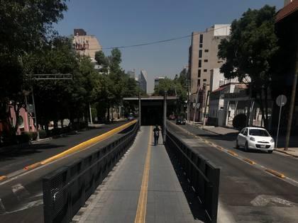 Una vista general muestra una vía parcialmente vacía mientras continúa el brote de la enfermedad por coronavirus en la Ciudad de México (Foto: Reuters)