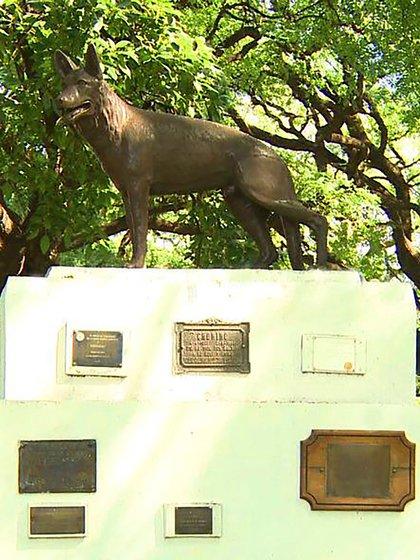 El monumento que recuerda al perro héroe está en el Cuerpo de la Policía Montada, en el barrio porteño de Palermo