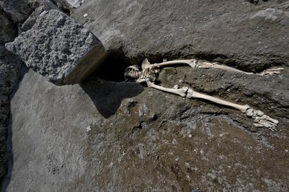 Los restos óseos de un esqueleto perteneciente a una de las víctimas de la erupción que sepultó hace dos milenios a la mítica ciudad de Pompeya, en Nápoles, Italia(EFE/ Ciro Fusco)