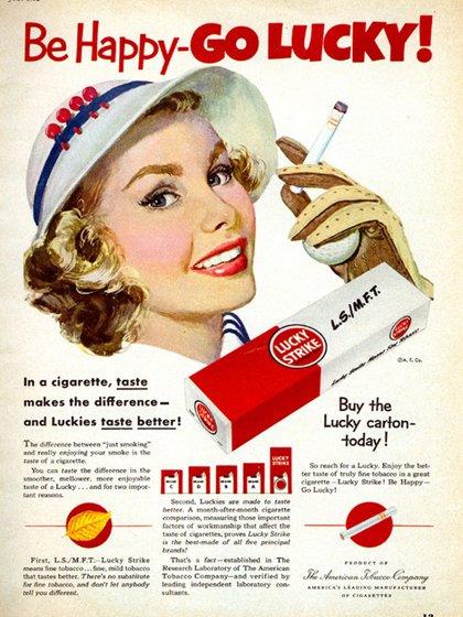 """A las mujeres, Edward Bernays les """"vendió"""" el cigarrillo como símbolo de emancipación femenina"""