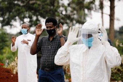 La gente reza antes del funeral de Abdirizak Hassan Ahmed, que murió de COVID-19 en Nairobi, Kenia, el 6 de agosto de 2020 (REUTERS/Baz Ratner)