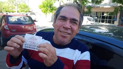 Eduardo Martí con la boleta ganadora (Gentileza Traslasierra Noticias)