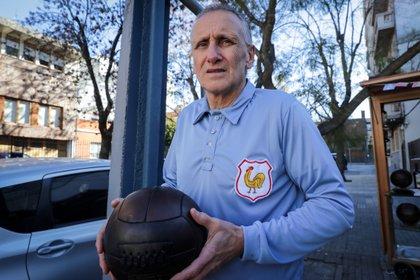 El embajador del proyecto Jules Rimet 1930, Robert Carmona, posa con una pelota y el uniforme de Francia en la Copa Mundo de 1930 en Uruguay, este lunes en Montevideo (Uruguay). EFE/Raúl Martínez