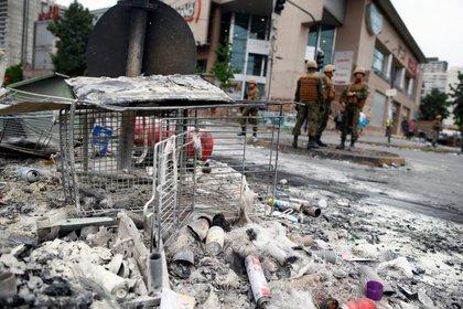 Destrozos tras el saqueo de un supermercado en Santiago. (Pablo VERA / AFP)