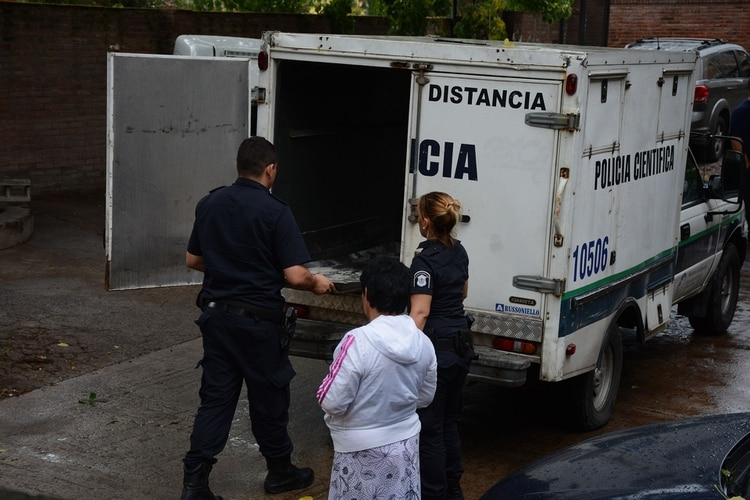 El camión de Policía Científica que trasladó el cuerpo (Franco Fafasuli)