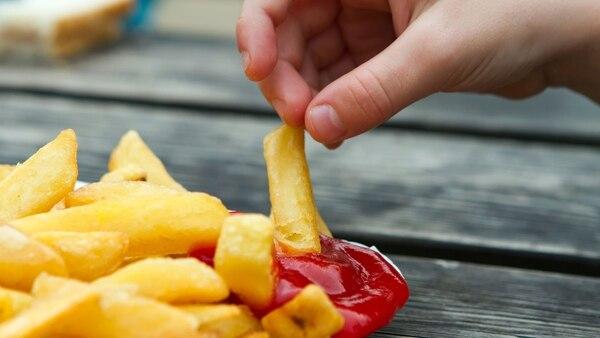 Una dieta con alto contenido de sodio pueden provocar presión arterial más elevada en niños y adolescentes (iStock)