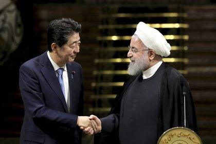 El primer ministro japonés, Shinzo Abe, a la izquierda, y el presidente de Irán, Hasan Ruhani, se estrechan la mano tras su conferencia de prensa en el Palacio de Saadabad en Teherán, Irán, el miércoles 12 de junio de 2019 (AP Foto/ Ebrahim Noroozi)