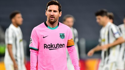 La situación económica del Barcelona hace que sea difícil que puedan retener a Lionel Messi (REUTERS)