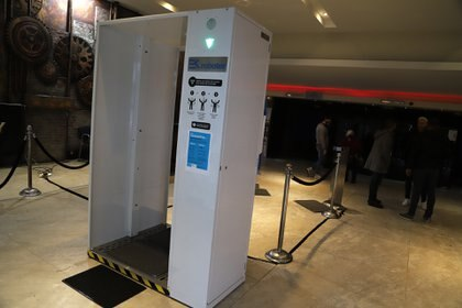La cabina sanitizante por la que deberá pasar el público antes de ingresar a la sala