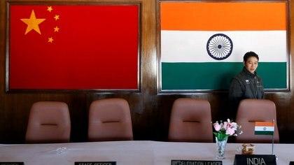 Un hombre entra en una sala de conferencias utilizada para reuniones entre comandantes militares de China e India, en el lado indio de la frontera indochina en Bumla, en el estado de Arunachal Pradesh, en el noreste de India, en noviembre de 2009. REUTERS/Adnan Abidi
