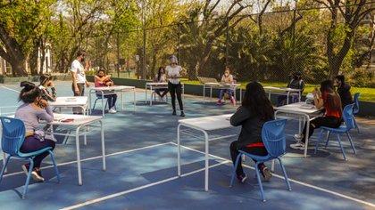 Los 6500 chicos y chicas que se desvincularon de la escuela por problemas de conectividad tendrán clases en tres polideportivos