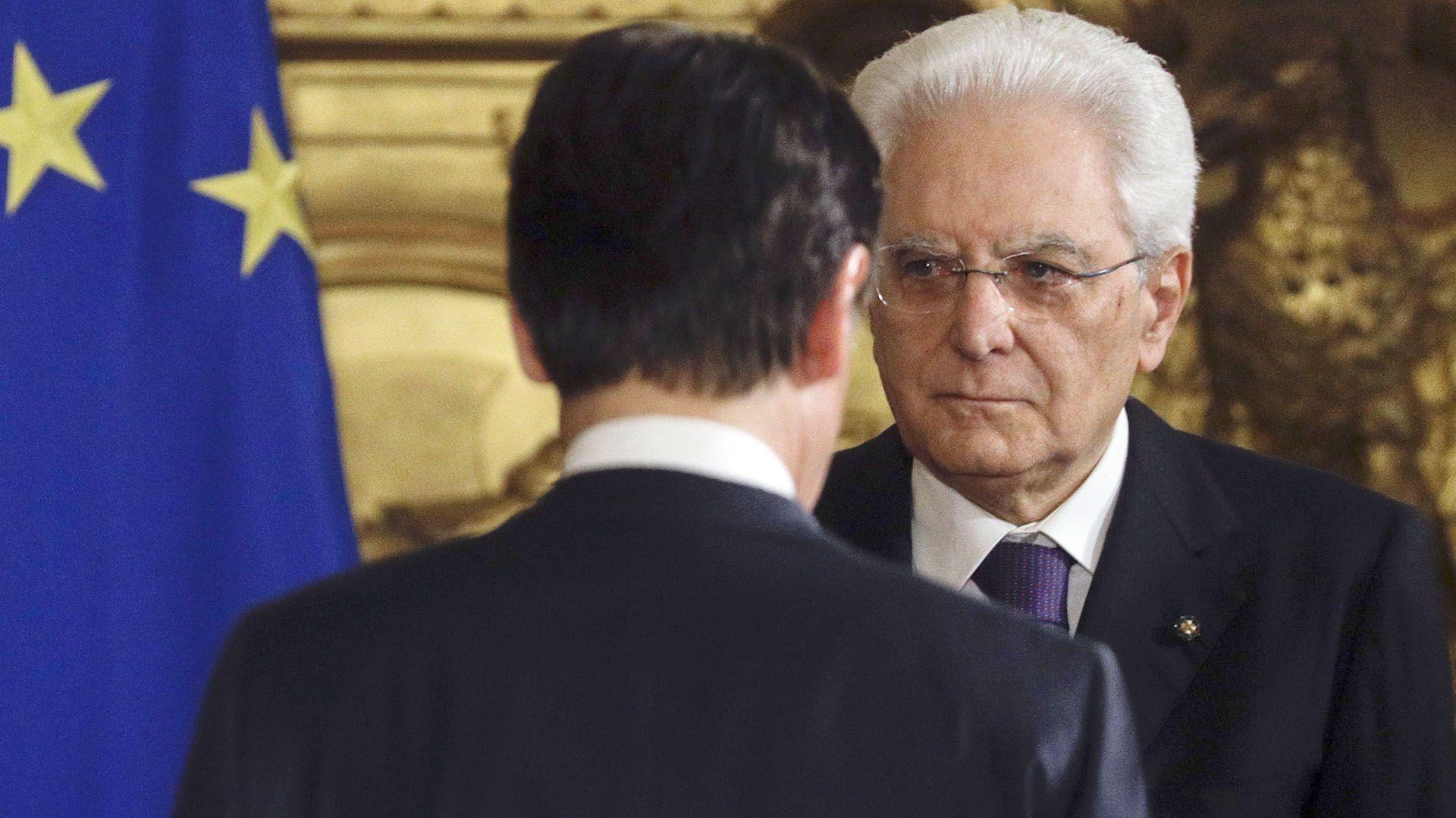 El presidente de Italia, Sergio Mattarella, a la derecha, frente al ex primer ministro Giuseppe Conte, cuando este tomaba posesión del cargo en el Palacio Presidencial del Quirinale de Roma, el 1 de junio de 2018 (Foto AP/Gregorio Borgia)