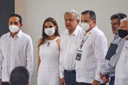 AMLO fue captado usando cubrebocas en vuelo nacional (Foto; Twitter / @MaraLezama)