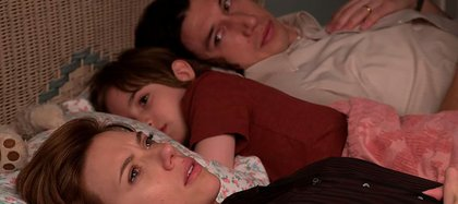 """Una escena de """"Historia de un matrimonio"""", protagonizada por Scarlett Johansson y Adam Driver. En la película, los abogados que los representan en su divorcio ponen en tela de juicio la forma de ser madre de ella y la paternidad de él."""