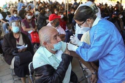 Imagen de archivo. Un hombre recibe una dosis de la vacuna de Pfizer-BioNTech contra COVID-19 durante una jornada de inmunización, 21 de marzo de 2021. REUTERS / Henry Romero