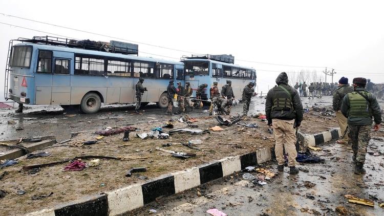 Los restos del ataque bomba de Cachemria (Reuters)