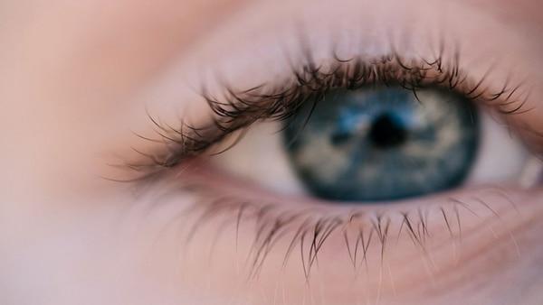 La luz azul causa trastornos como la degeneración macular, que acelera procesos de ceguera.