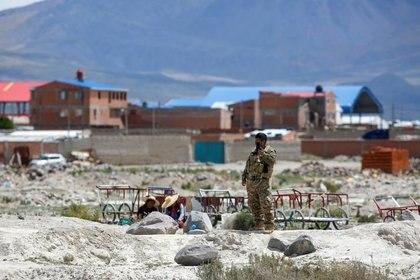 Un soldado boliviano vigila el área donde los migrantes venezolanos utilizan un cruce ilegal en la frontera con Bolivia, en Colchane, Chile. 8 de febrero de 2021. REUTERS/Álex Díaz