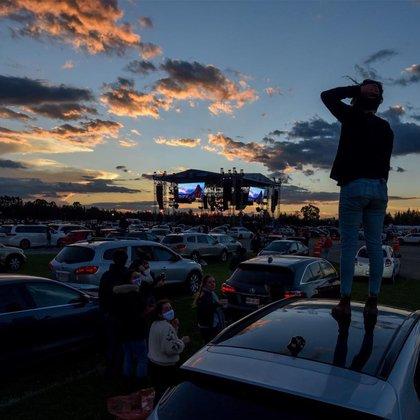 Algunos asistente que se encontraban en las zonas mas lejanas al escenario optaron por subir la techo de sus autos para poder disfrutar del evento (Foto: Cuartoscuro)
