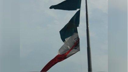 El desgarramiento de la bandera fue interpretado por internautas como un indicativo de que algo no está bien en el país (Foto: especial)